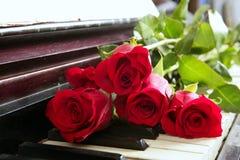 钢琴红色浪漫玫瑰华伦泰葡萄酒 库存图片