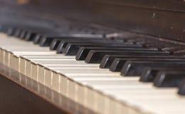 钢琴锁上线型与一残破一个 库存图片