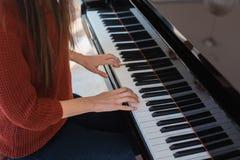 钢琴音乐钢琴演奏家现有量使用 乐器大平台钢琴细节用在白色背景的执行者手 库存图片