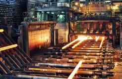 钢的生产在一个钢铁厂的-在重的indust的生产 库存照片