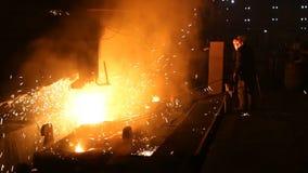 钢的生产的植物 电熔化炉 工厂劳工采取金属的一个样品 股票视频