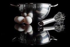 钢碗颊须怂恿与反射的侧视图在黑色 库存照片