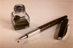 钢笔、蓝墨水和墨水池在白皮书板料 免版税库存图片