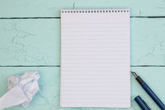 钢笔和白纸在绿松石土气木桌上 库存照片