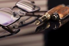 钢笔和玻璃 免版税库存图片