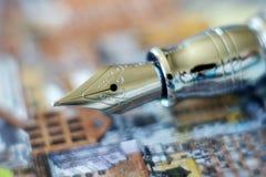 钢笔的特写镜头在五颜六色的纸的 免版税库存图片