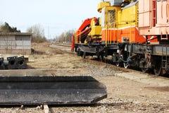 钢筋混凝土堆在地面上说谎在卸载与在铁路的一个装载者以后 免版税库存图片