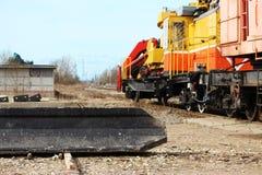 钢筋混凝土堆在地面上说谎在卸载与在铁路的一个装载者以后 库存照片