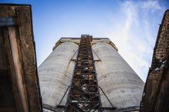 钢筋混凝土的被放弃的工厂塔或坦克  免版税图库摄影