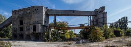 钢筋混凝土的被放弃的工厂疆土全景  库存照片
