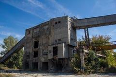 钢筋混凝土的被放弃的工厂 免版税库存图片