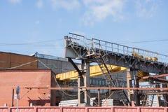 钢筋混凝土结构和完成的produ的工厂 免版税图库摄影