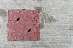 钢红色和正方形流失舱口盖经典视图  免版税图库摄影