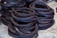 钢绳曾经束缚铁棍增加基础设施 免版税库存图片