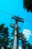 钢缆道塔建筑,在背景的蓝天 库存照片