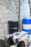 钢缆绳在绑制钳配管被夹紧 免版税库存图片