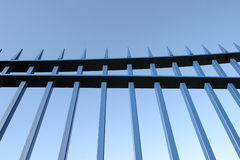 钢蓝色门的栏杆 免版税库存照片