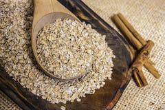 钢裁减燕麦粥用桂香 库存照片