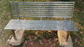 钢轨座位子在庭院里 免版税库存图片
