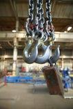 钢钩垂悬在工业前提背景  免版税图库摄影