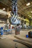 钢钩垂悬在工业前提背景  库存照片