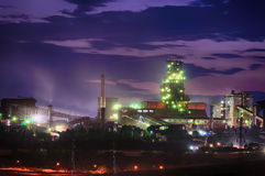 钢铁厂在晚上 库存照片