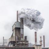 钢铁厂烟囱、蒸汽和难看的东西 免版税库存照片