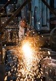 钢铁厂的工作者擦亮钢 免版税库存图片