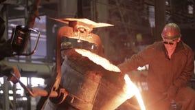 钢铁厂的工作者经营与熔融金属 影视素材