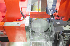 钢铁带的关闭看见机器运转在工厂 免版税库存图片