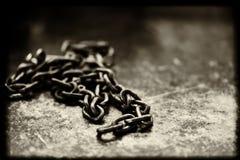 钢链子登上与黑污点 库存照片