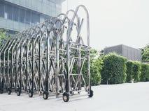 钢门技术可撤回的篱芭大厦停车场 库存照片