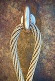 钢闩在岩石的船锚眼睛细节  末端结钢索 在岩石的登山人道路通过ferrata 被修理的铁扭转的绳索 免版税库存图片