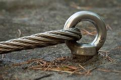 钢闩在岩石的船锚眼睛细节  末端结钢索 在岩石的登山人道路通过ferrata 被修理的铁扭转的绳索 图库摄影