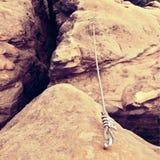 钢闩船锚眼睛细节和绳索结束停住入砂岩岩石 电烙在块固定的扭转的绳索由螺丝短冷期勾子 库存图片
