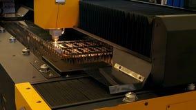 钢零件现代高精度制造  切开金属的机器人热 影视素材