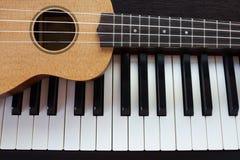 钢琴和尤克里里琴 库存照片