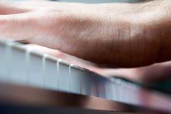 钢琴和执行者手 免版税库存图片