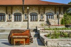 钢琴在一个公共场所 免版税库存照片
