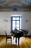 钢琴在一间装饰的屋子 免版税图库摄影