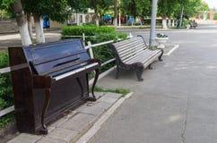 钢琴在城市公园 免版税库存图片