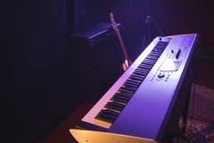 钢琴在夜总会 免版税库存图片