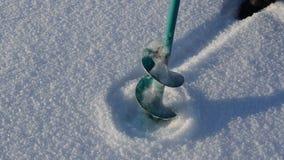 钢钻子结冰的多雪的湖冰孔冬天渔夫工具 影视素材