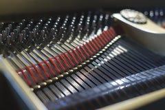 钢琴弦和锤子从里面 免版税库存照片