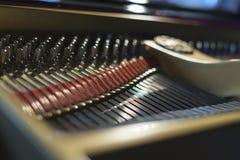 钢琴弦和锤子从里面 免版税库存图片