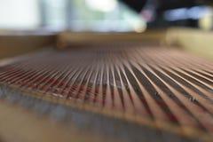钢琴弦和锤子从里面 库存照片