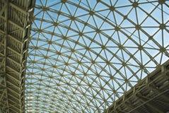 钢结构屋顶天花板由金属和玻璃制成 库存照片