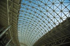钢结构屋顶天花板由金属和玻璃制成 图库摄影