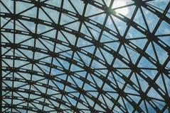 钢结构屋顶天花板由金属和玻璃制成 免版税图库摄影