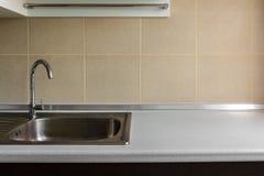钢水槽在一个现代厨房里 库存照片